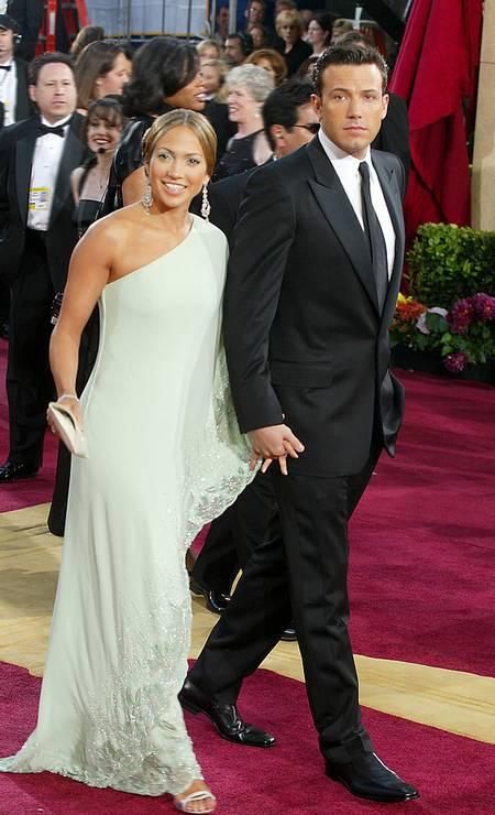 Em 2003, no entanto, ela provou que sabe circular bem entre o sexy e o tradicional. O look Valentino (usado no Oscar, ao lado de Ben Affleck, namorado de então), foi bastante elogiado Foto: Kevin Winter / Getty Images