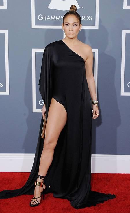 Com J.Lo, nem o pretinho é básico, como se vê no vestido Anthony Vaccarello, usado no Grammy de 2013 Foto: Jon Kopaloff / FilmMagic