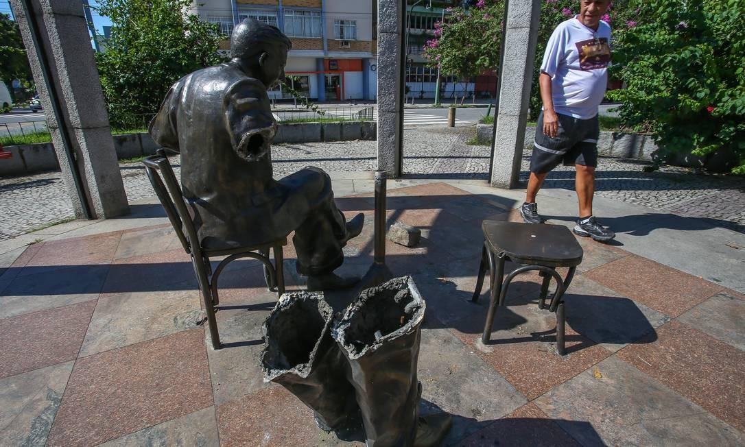 Criminosos roubam pedaços da estátua em homenagem a Noel Rosa, em Vila Isabel Foto: Marcelo Regua / Agência O Globo