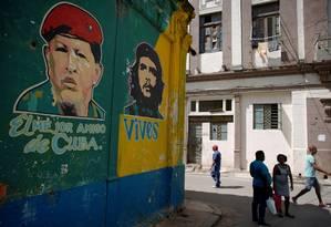 Em Havana,imagens do ex-presidente venezuelano Hugo Chávez e de Ernesto Che Guevara, líder da Revolução Cubana Foto: Alexandre Meneghini / REUTERS