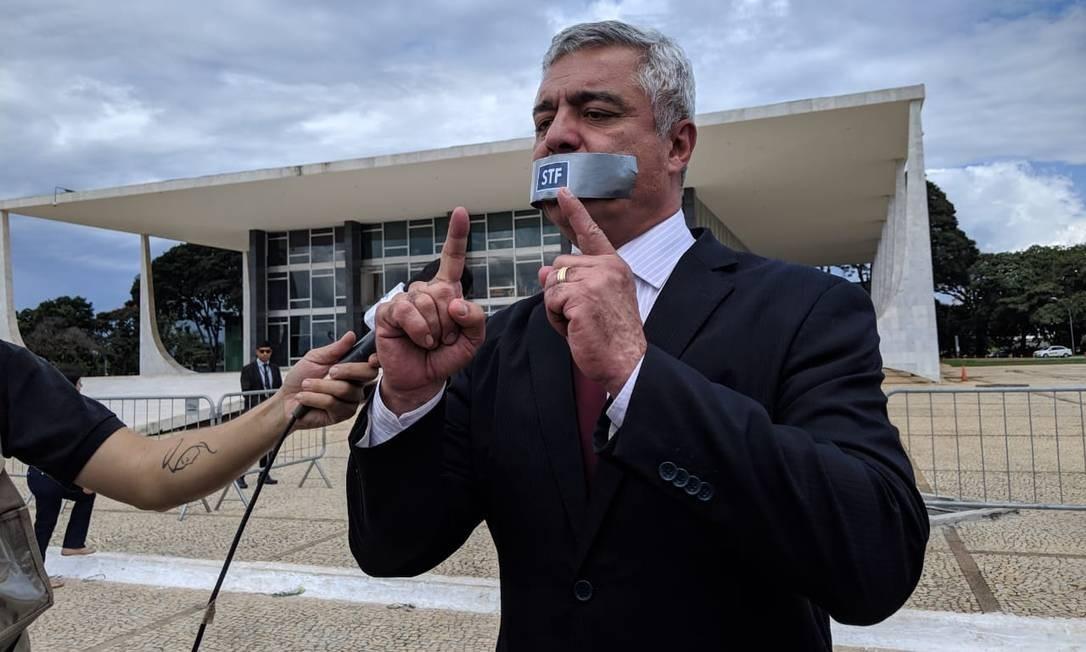 O senador Major Olímpio se amordoça em frente ao STF Foto: Natalia Portinari/Agência O Globo