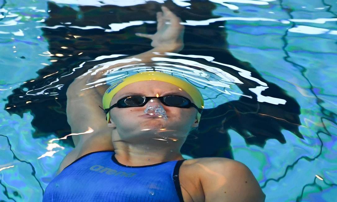 Pauline Mahieu compete nos 100m de costas feminina durante o campeonato francês de natação em Rennes, no oeste da França Foto: DAMIEN MEYER / AFP