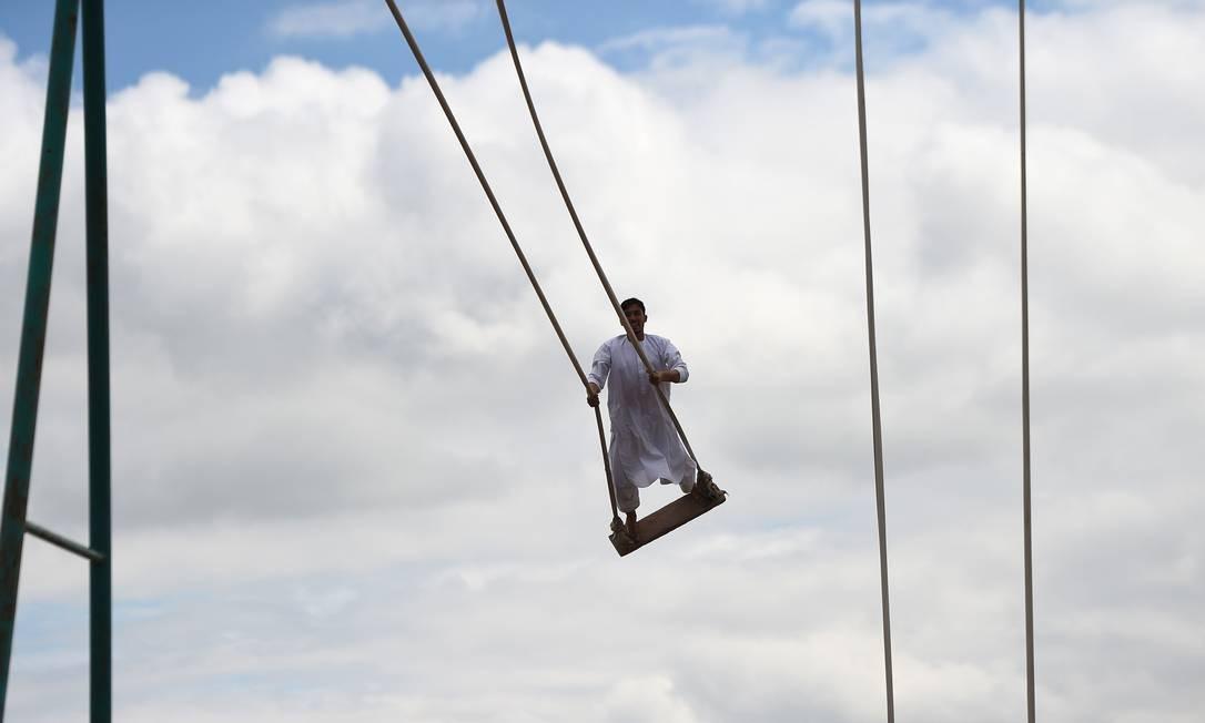 Um jovem afegão brinca em um playground em Mazar-i-Sharif Foto: FARSHAD USYAN / AFP