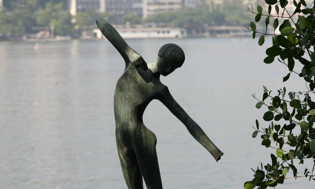 A estátua do índio, na Lagoa Rodrigo de Freitas, ficou sem o arco e com parte do braço serrado, em foto de 2008 Foto: Berg Silva / Agência O Globo