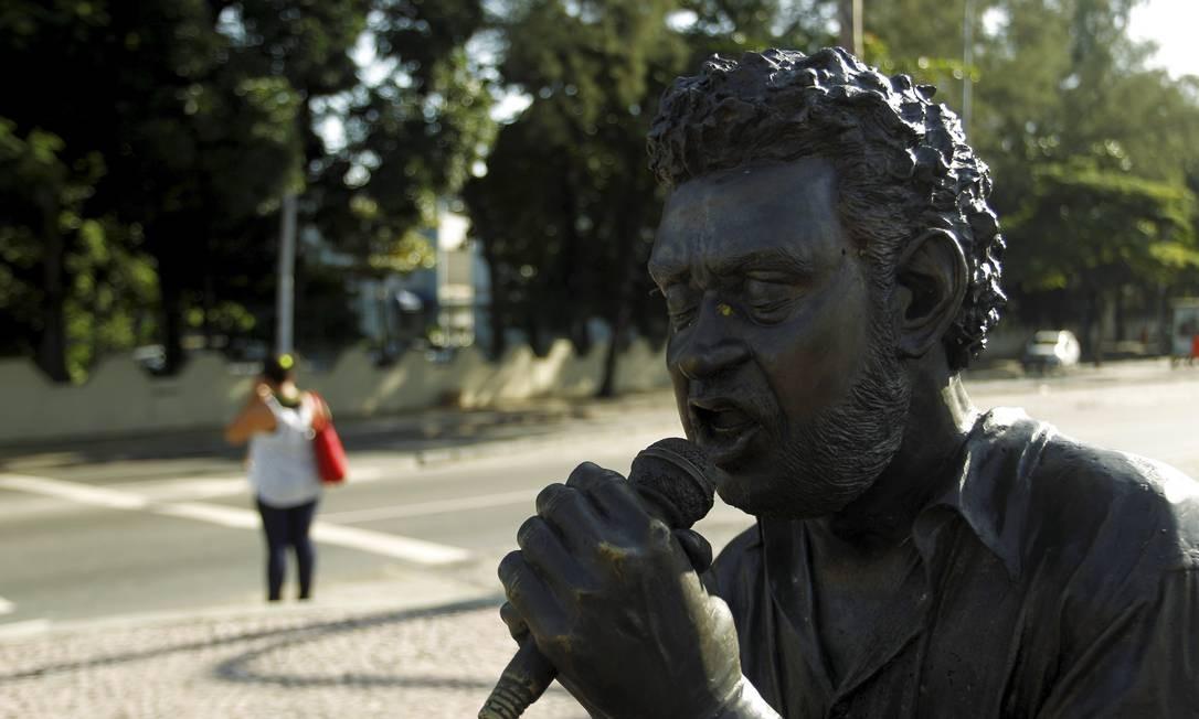 A estátua em homenagem a Renato Russo, vocalista do Legião Urbana, também foi alvo de depredação: os óculos do cantor foram arrancados em 2015. A homenagem está localizada na Ilha do Governador. Foto: Gabriel de Paiva / Agência O Globo