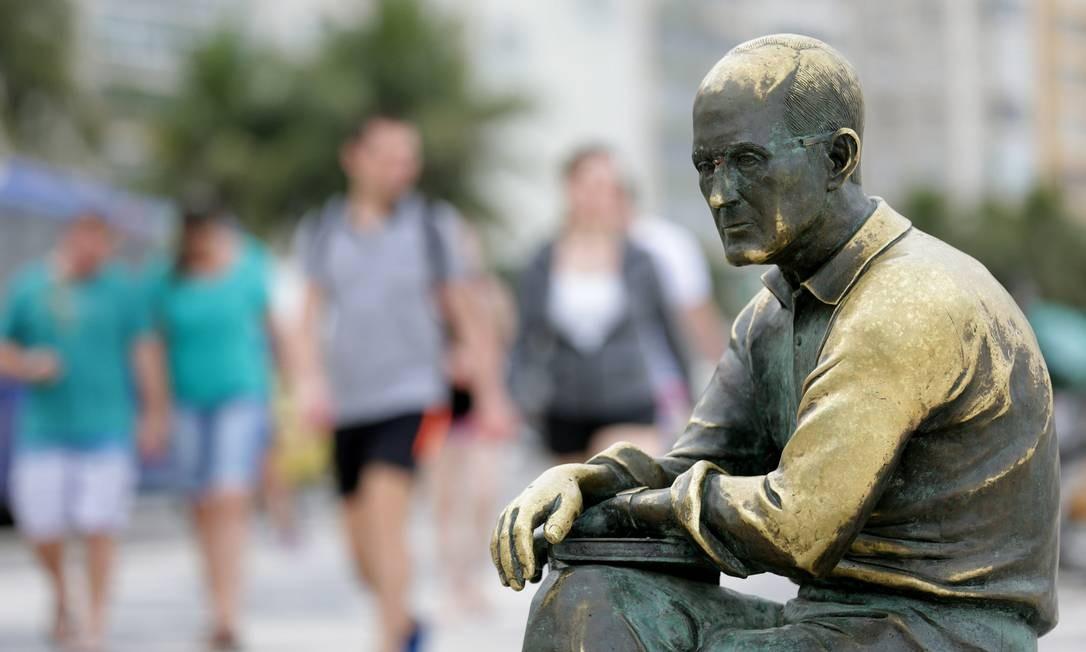 Os óculos da estátua do poeta Carlos Drummond de Andrade, em Copacabana, é um dos alvos mais recorrentes de ataques a este tipo de patrimônio público. Foto: Márcio Alves / Agência O Globo