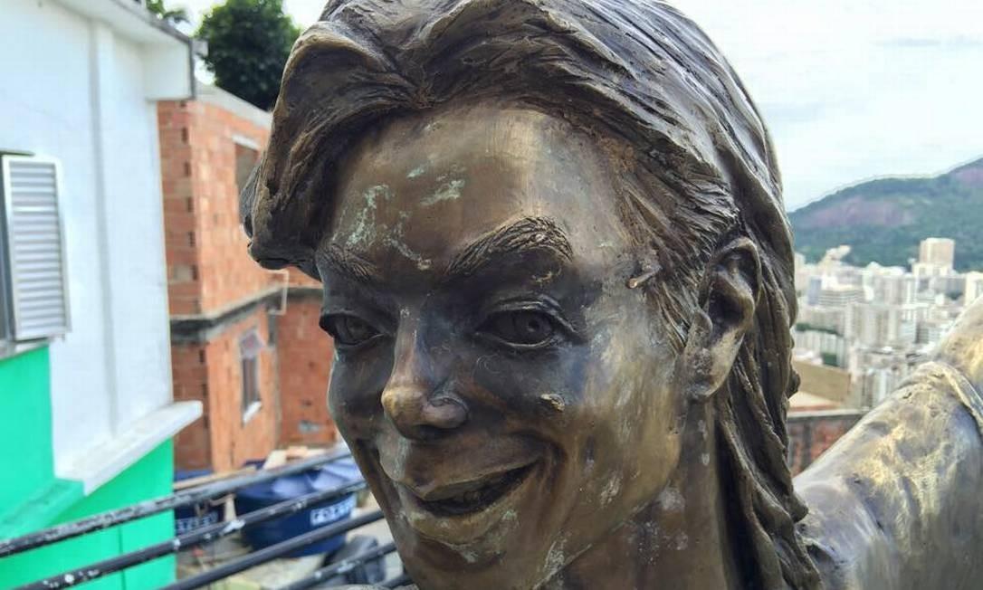 A estátua do rei do pop, Michael Jackson, no Morro Dona Marta, sem os óculos, em foto de abril de 2015 Foto: Reprodução de redes sociais