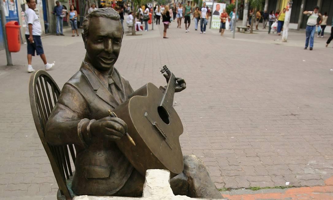 Em 2008, a estátua do compositor Adelino Moreira foi o alvo. Na ocasião foram roubadas o tampo da mesa de granito e as cordas do violão Foto: Marcelo Franco / Agência O Globo