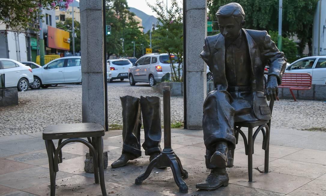 Criminosos roubaram pedaços da estátua em homenagem a Noel Rosa, localizada em Vila Isabel Foto: Marcelo Regua / Agência O Globo