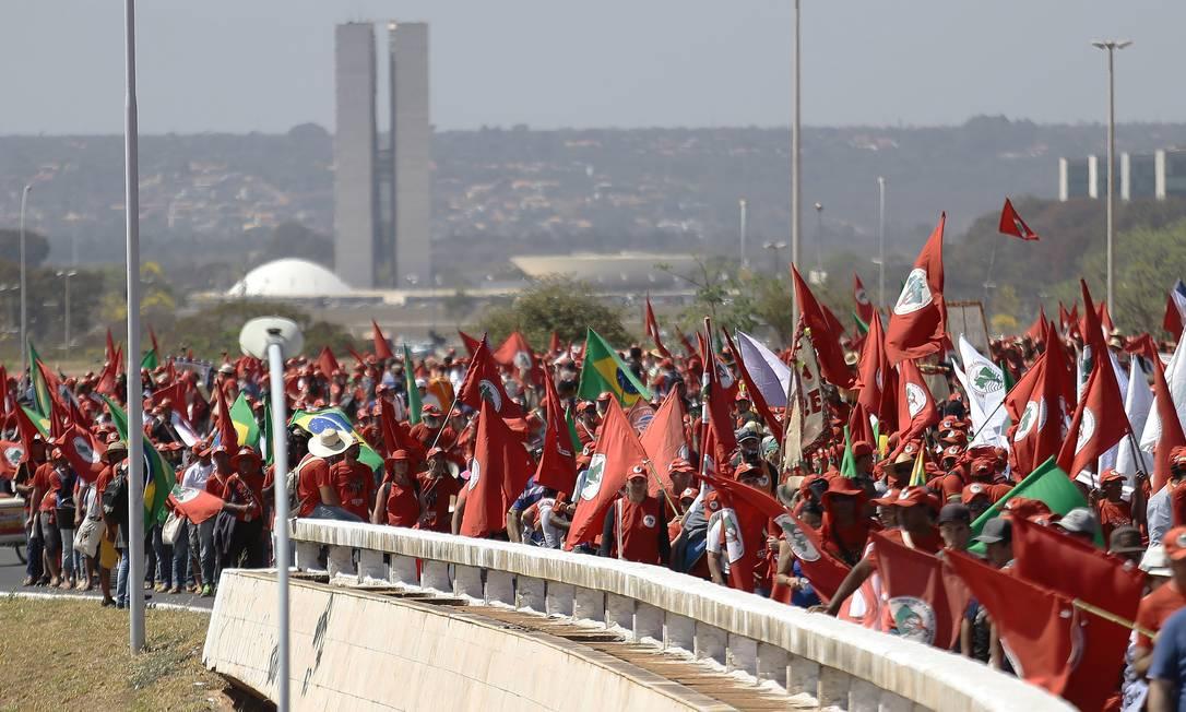 Militantes do MST durante uma marcha em Brasília ano passado Foto: Jorge William / Agência O Globo