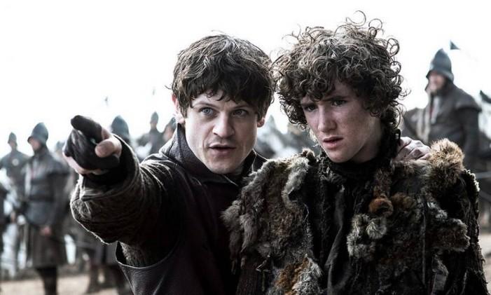 Ramsay Bolton (esquerda) com Rickon Stark antes de matá-lo Foto: Reprodução / HBO