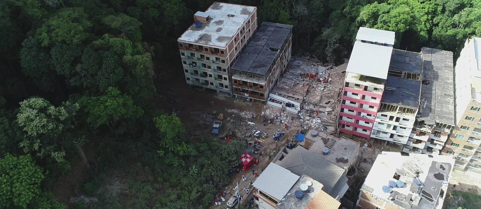 Na última sexta-feira, dois prédios desabaram, deixando pelo menos 18 mortos no Condomínio Figueiras, na Muzema Foto: Renee Rocha / Agência O Globo