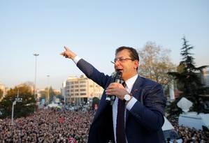 O prefeito recém-eleito de Istambul, Ekrem Imamoglu, discursa para a multidão em frente ao prédio do governo da cidade após ser declarado vencedor da eleição de 31 de março Foto: HUSEYIN ALDEMIR/REUTERS
