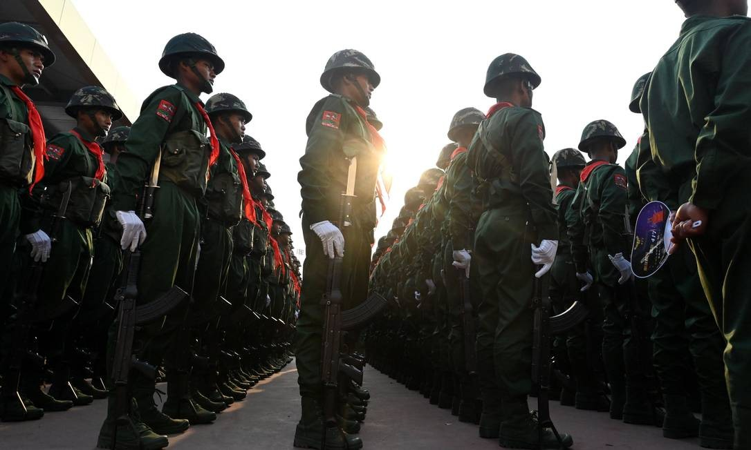 Soldados do United Wa State Army (UWSA) participam de um desfile militar para comemorar os 30 anos de um cessar-fogo assinado com os militares de Mianmar, no estado de Wa, em Panghsang Foto: YE AUNG THU / AFP