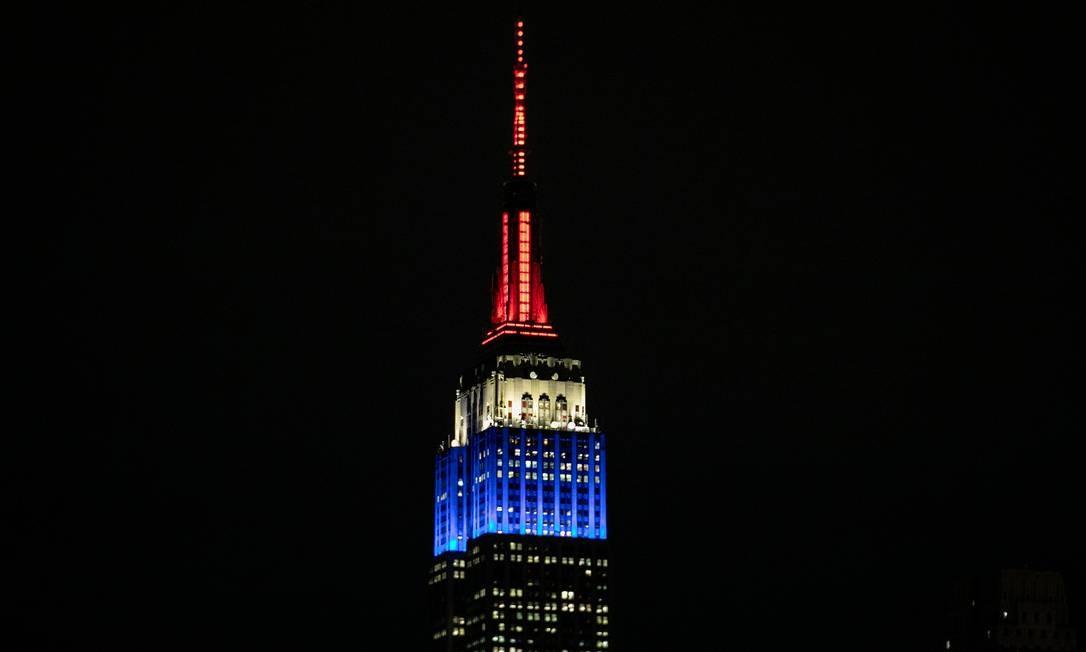 O Empire State Building, em Nova York, é iluminado com as cores da bandeira francesa em solidariedade por conta do incêndio na catedral de Notre-Dame, em Paris Foto: JEENAH MOON / REUTERS