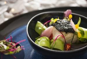 23 Ocean Lounge. Lombo de bacalhau confitado com crosta de azeitona preta, ervilha torta salteada, arroz negro e olho vierge Foto: Marian Prieto / Divulgação