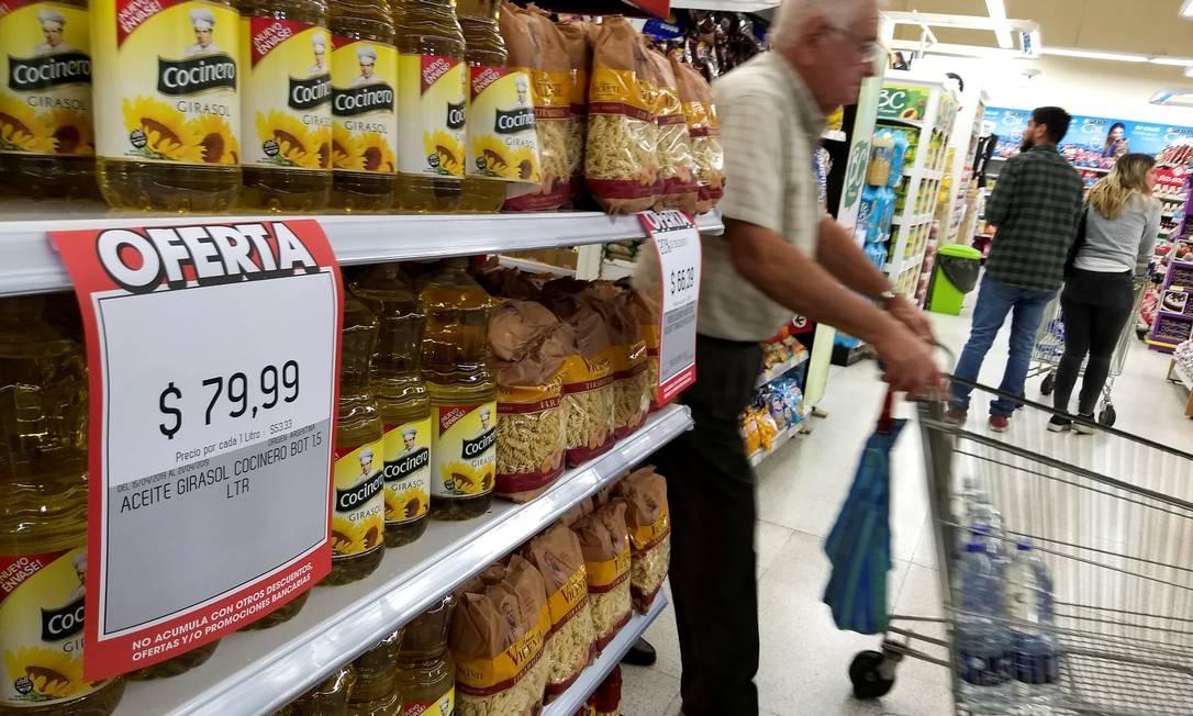 Homem faz compras em um supermercado em Buenos Aires, em abril de 2019, quando o governo de Mauricio Macri anunciou pacote de medidas para conter o crescimento da inflação no país Foto: AGUSTIN MARCARIAN / REUTERS