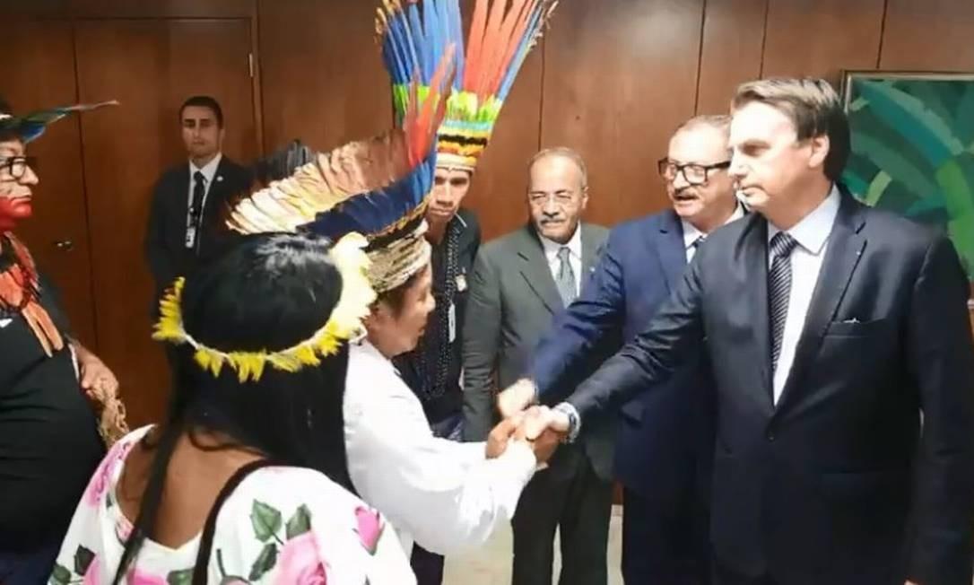 O presidente Bolsonaro recebe índios no Planalto: 'Alguns querem que vocês fiquem na terra indígena como se fossem um animal pré-histórico' Foto: Reprodução