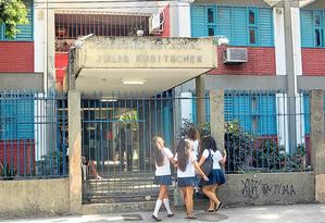 Alunas chegam ao Colégio Estadual Júlia Kubitschek, no Centro: militares egressos das Forças Armadas vão trabalhar na portaria Foto: Renan Almeida / Agência O GLOBO