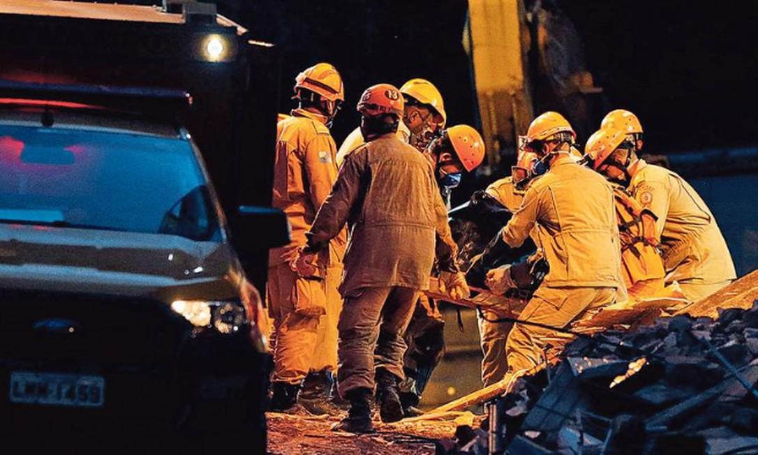 Bombeiros retiram um dos corpos encontrados nesta quarta-feira entre os escombros; três pessoas ainda são procuradas Foto: Roberto Moreyra / Agência O GLOBO