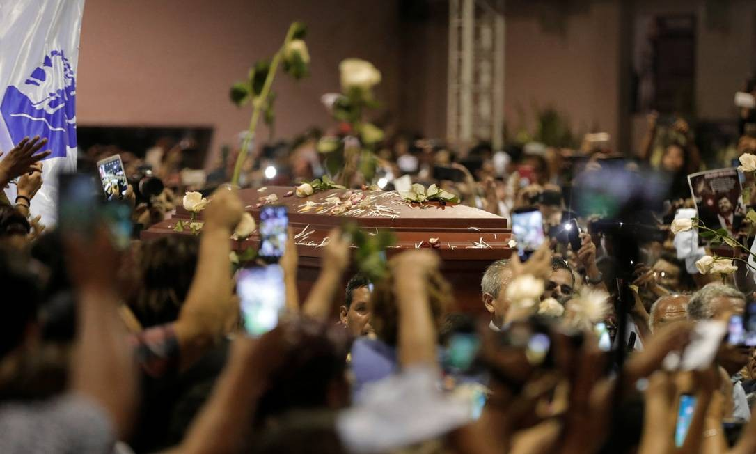 Simpatizantes de Alan García ao redor do seu caixão na sede do seu partido em Lima Foto: Guadalupe Pardo / REUTERS/17-02-2019
