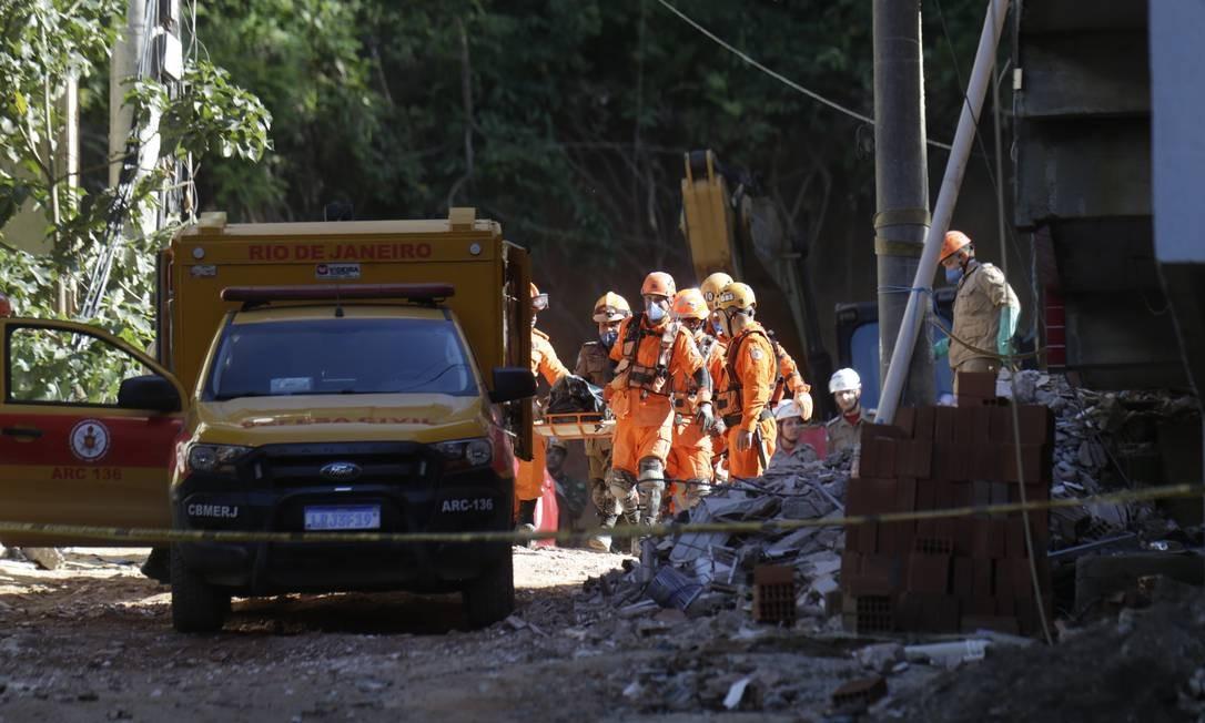 Corpo da 20ª vítima é retirado dos escombros na Muzema na manhã desta quinta-feira Foto: Gabriel Paiva / Gabriel Paiva