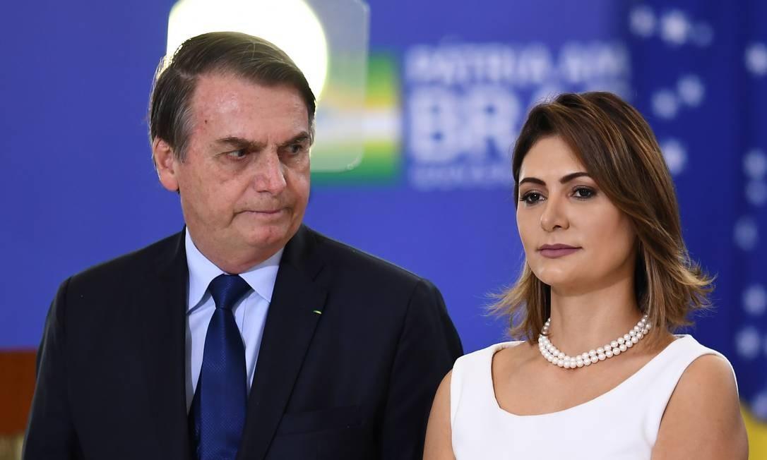 A primeira-dama Michelle Bolsonaro, ao lado do presidente, durante cerimônia no Palácio do Planalto Foto: Evaristo Sá / AFP / 05/04/2019