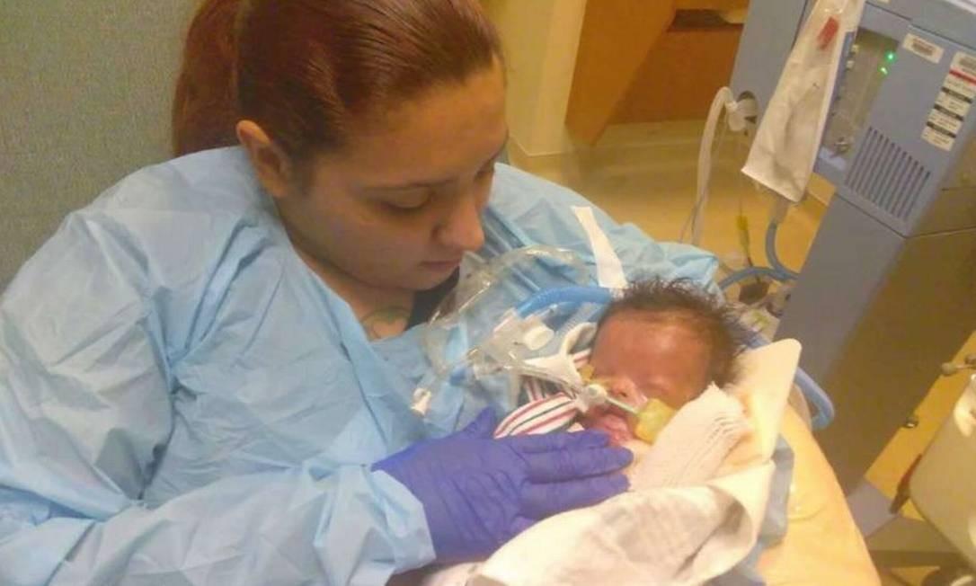 Priscilla Maldonado e Ja'bari: mãe precisa usar trajes especiais e luva para segurar bebê Foto: Divulgação