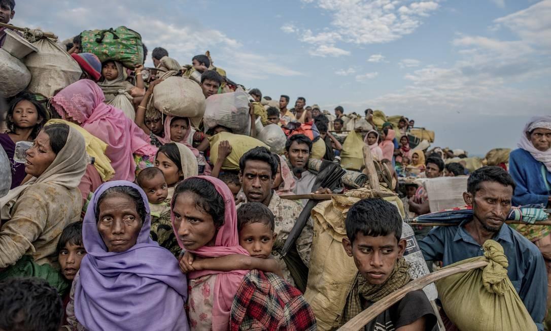 Refugiados da etnia rohingya atravessam fronteira para Bangladesh; este grupo apátrida é alvo de brutal perseguição em Mianmar, onde não tem seus direitos garantidos. Uma onda de violência pelo Exército birmanês obrigou centenas de milhares de pessoas a começarem a fugir em 2017, numa persistente crise humanitária para a região Foto: TOMAS MUNITA / Agência O Globo