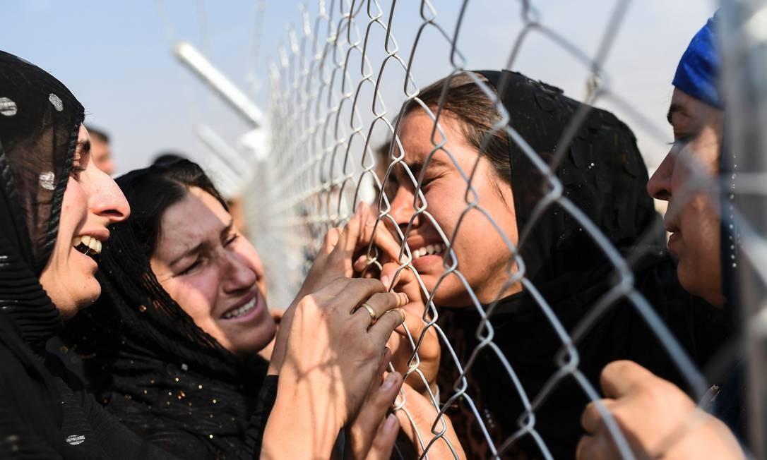 Em 2016, mulheres chegam a campo de deslocados internos e choram ao encontrar parentes que já estavam no local há dois anos; a família fugiu da cidade de Mossul, o último bastião que era mantido sob controle do Estado Islâmico Foto: BULENT KILIC / AFP/26-10-2016
