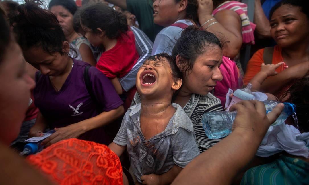 Criança chora durante percurso de uma caravana migrante de centro-americanos rumo ao Norte; milhares de pessoas originárias de Honduras, El Salvador e Guatemala em 2018 saíram em grupos para chegar a pé a México e Estados Unidos. Elas fogem da pobreza e da violência nos seus países de origem, mas encontram fronteiras fechadas durante o caminho. Foto: Edgard Garrido / REUTERS