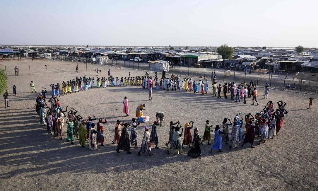 Deslocados internos realizam cerimônia religiosa em campo do Sudão do Sul; mesmo com arrefecimento dos confrontos, dezenas de milhares de pessoas continuam vivendo em campos temporários num país de muita pobreza e violência Foto: ALEX MCBRIDE / AFP