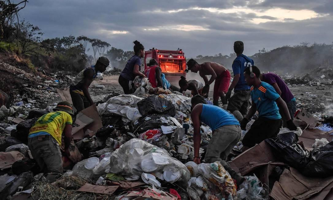 Venezuelanos cavam no lixo em Pacaraima, no estado de Roraima; migrantes chegam ao Brasil em graves condições de pobreza Foto: NELSON ALMEIDA / AFP