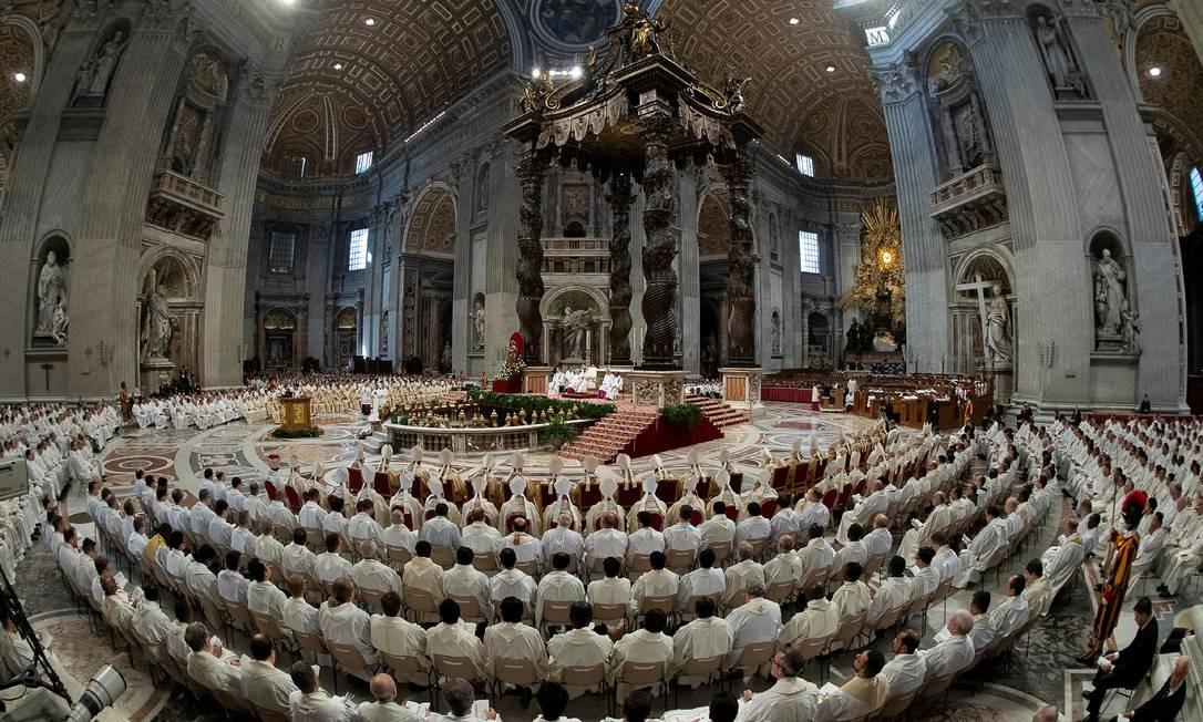 O Papa Francisco realiza a missa da crisma na Quinta-feira Santa, durante a Semana Santa, na Basílica de São Pedro, no Vaticano Foto: VATICAN MEDIA / REUTERS