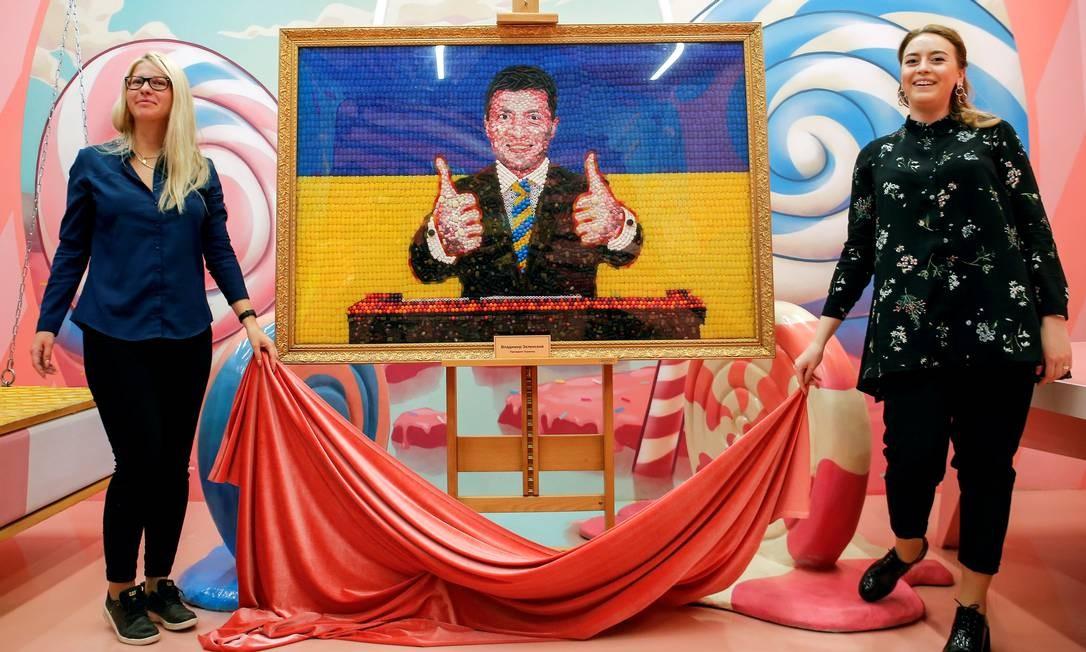 A equipe do Sweet Museum apresenta um retrato do candidato e comediante da Ucrânia, Volodymyr Zelenskiy, feito de doces, antes do segundo turno de uma eleição presidencial, em São Petersburgo, na Rússia Foto: ANTON VAGANOV / REUTERS