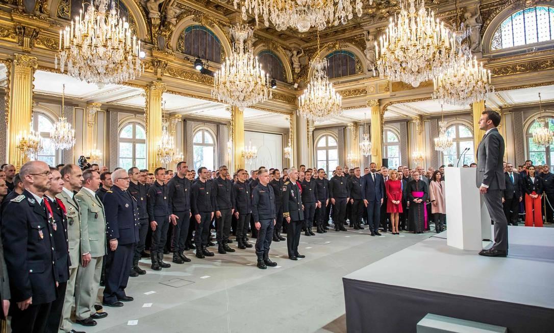 Bombeiros de Paris são homenageados por autoridades francesas, entre elas o presidente Emmanuel Macron, no Palásio do Eliseu, por suas atuações no trabalho de combate ao incêndio que destruiu parte da catedral de Notre-Dame, na capital da França Foto: CHRISTOPHE PETIT TESSON / AFP