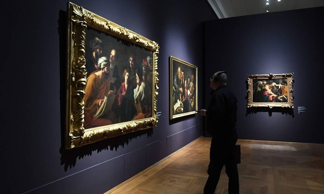 A mostra explora a inlfuência de Caravaggio na obra de artistas contemporâneos, vindos de diversas partes da Europa Foto: CHRISTOF STACHE / AFP