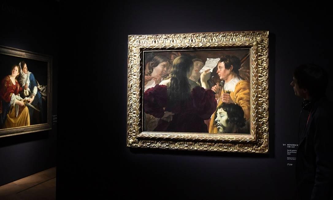 """Entre os artistas influenciado pelo contraste entre claro e escuro e as imagens fortes do """"caravaggismo"""" está o holandês Hendrick ter Brugghen, autor deste quadro, """"Davi louvado pelas mulheres israelitas"""" Foto: CHRISTOF STACHE / AFP"""
