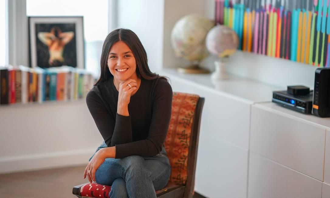 A consultora e viajante inveterada Farryn Truen em seu apartamento, em Nova York Foto: CHANG W LEE / The New York Times