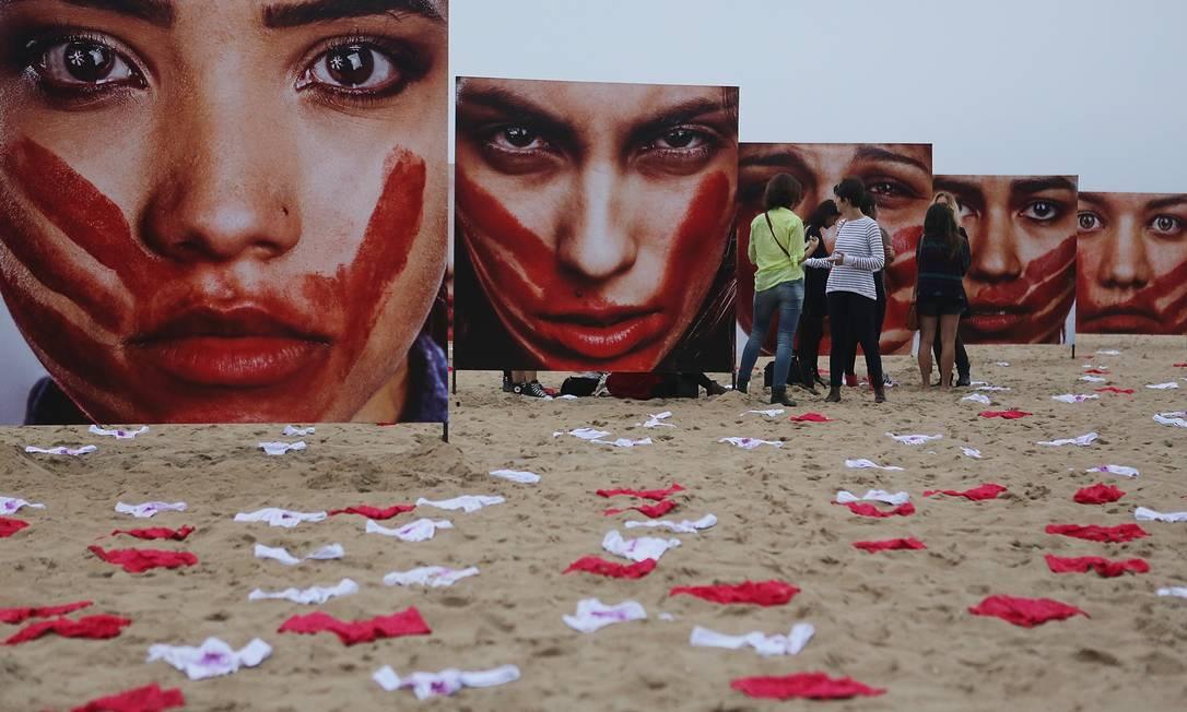 Violência contra a mulher é alvo de ação na Praia de Copacabana, no Rio de Janeiro Foto: Mario Tama / Getty Images