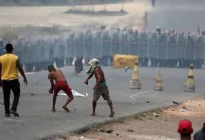 Manifestantes atiram pedras em forças de segurança da Venezuela na fronteira de Roraima com o país em protesto durante a tentativa de passar com ajuda internacional pelo local: segundo Maduro, 'nenhuma diferença ideológica ou política, pode colocar-se por em cima da paz e a unidade dos povos de nossa América Latina e Caribenha' Foto: RICARDO MORAES/Reuters/24-02-2019