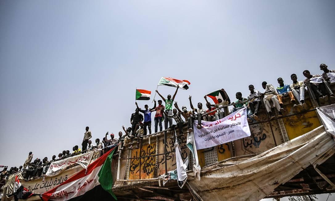Manifestantes se concentram em frente ao quartel-general das Forças Armadas, situado no centro de Cartum. O ministro da Defesa de Bashir, general Awad Ibn Ouf, havia assumido a liderança do Conselho de transição em 11 de abril, mas renunciou ao cargo no dia seguinte, sendo substituído pelo general Abdel Fatah al Burhan Foto: OZAN KOSE / AFP