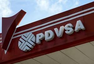 Logo da estatal venezuelana de petróleo PDVSA em um posto de abastecimento na capital Caracas: desde janeiro governo Maduro negocia com aliados em Moscou maneiras para contornar a proibição de transações Foto: FEDERICO PARRA/AFP/14-11-2017