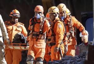 Corpo é retirado dos escombros dos prédios desabados na Muzema, na manhã desta quinta Foto: Gabriel de Paiva / Agência O Globo