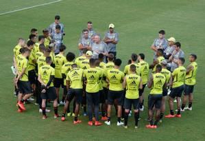 Abel conversa com os jogadores no treino de quinta-feira Foto: Alexandre Vidal/Flamengo / Alexandre Vidal/Flamengo