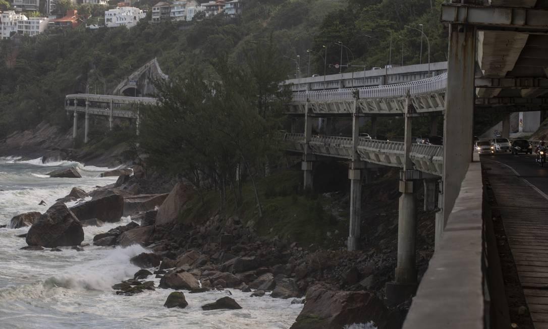 O Elevado do Joá é a principal via de ligação entre a Zona Sul e a Barra. Pela via, passam 85 mil veículos por dia Foto: Alexandre Cassiano / Agência O Globo