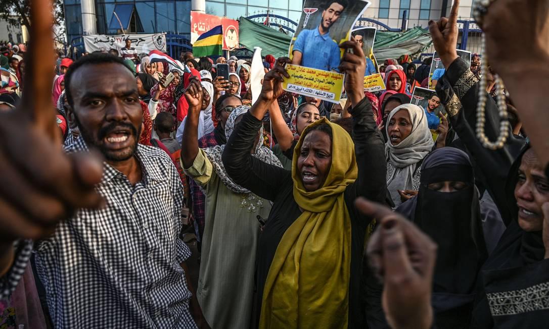 Sudaneses protestam diante do quartel-general do Exército em Cartum para exigir a saída dos militares Foto: OZAN KOSE / AFP
