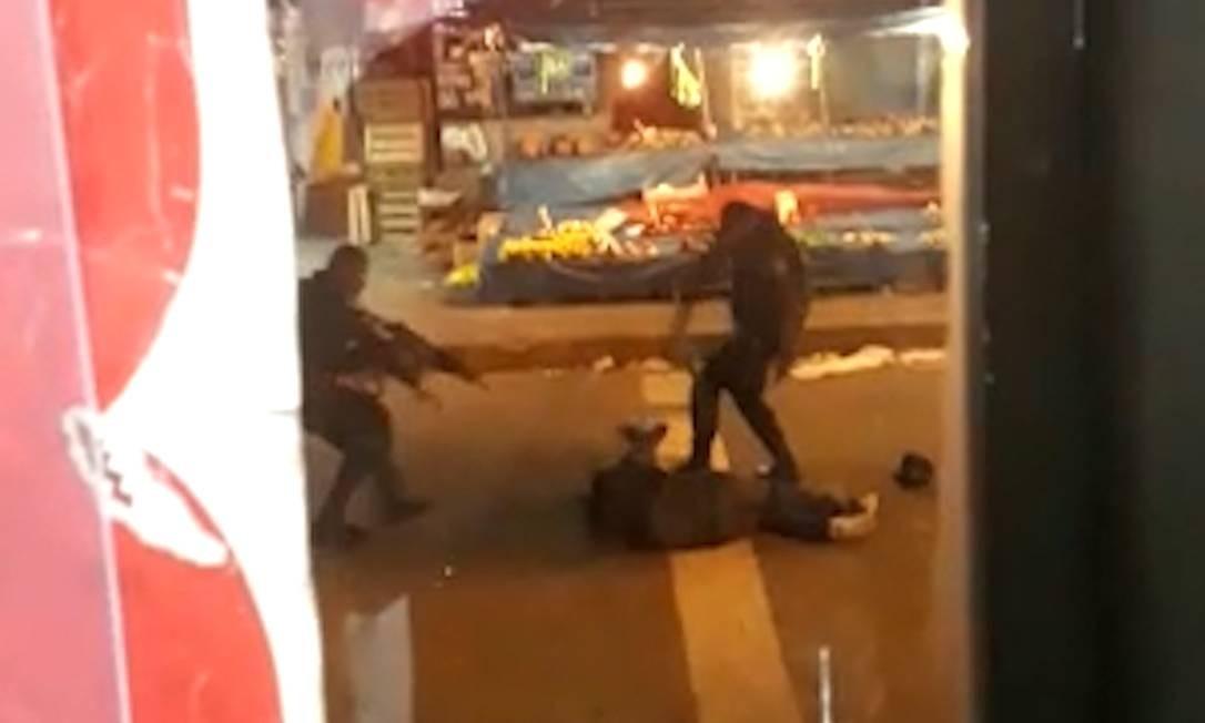 Confronto entre PMs e traficantes em avenida da Penha leva pânico a pedestres