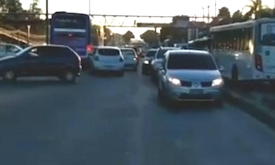 Assustados com tiros, motoristas trafegam na contramão na Avenida Brasil