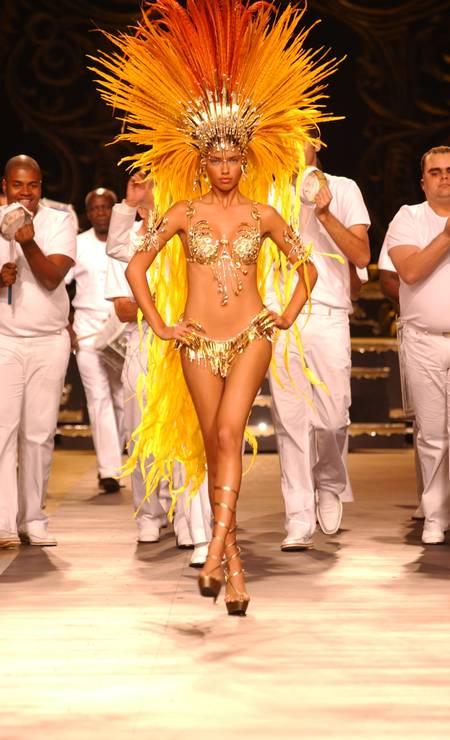 No desfile de verão 2003 da Forum, Adriana Lima virou a rainha de bateria Foto: Fernanda Calfat / WireImage